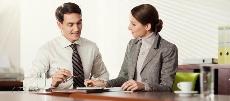 Мужчина и женщина ведут переговоры