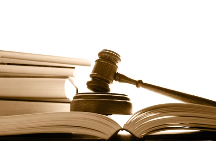 Судебный молоток и открытая книга