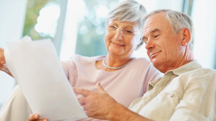 Пенсионеры читают договор