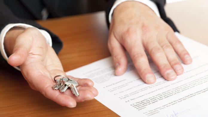 Ключи от квартиры и договор купли-продажи